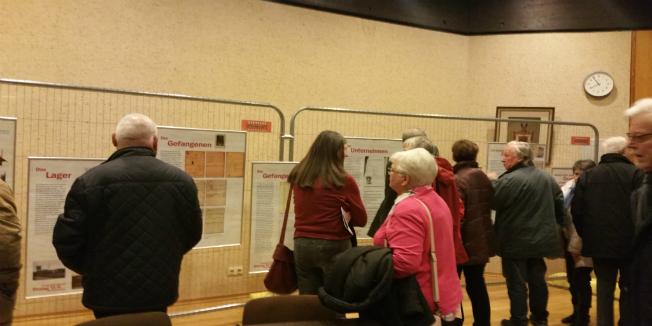 Interessierte Besucher der Ausstellung